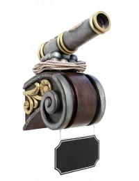 Kanone auf Kapitell mit Angebotsschild