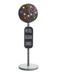 Keks dunkel auf Ständer mit Angebotsschild
