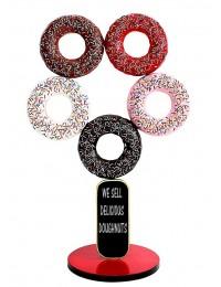 5 Donuts auf Ständer mit Angebotstafel