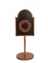 Donut braun auf Angebotstafel auf Ständer