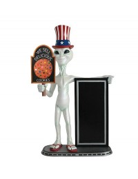 Alien amerika mit Keks auf Tafel und Angebotstafel
