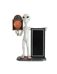 Alien mit Keks auf Tafel und Angebotstafel
