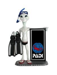 Alien Taucher und Angebotstafel Padi
