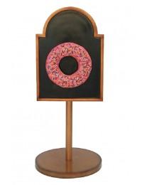Donut rosa auf Angebotstafel auf Ständer