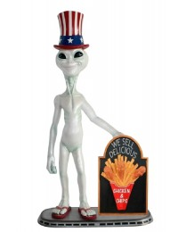 Alien amerika mit Hühnchen und Pommes auf Angebotstafel