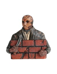 Monster Jason Voorhees hinter Mauer