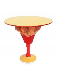 Tisch mit Hähnchen und Pommes Ständer