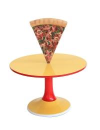 Tisch mit Pizza und kleiner Fläche