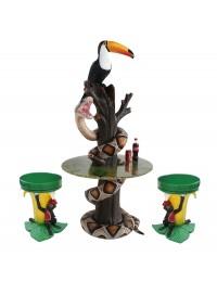 Schlange und Tukan auf Baumstamm Tisch und Bananenhocker