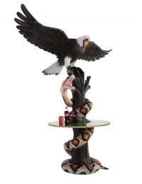 Schlange und fliegender Adler auf Baumstamm Tisch