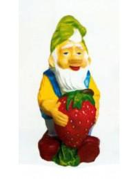 freundlicher Gartenzwerg mit Erdbeere