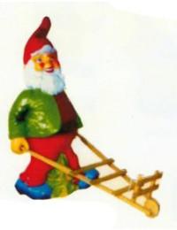 laufender Gartenzwerg mit Holzkarre