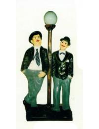 Dick und Doof stehend an Laterne