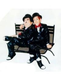 Dick und Doof sitzend auf Parkbank