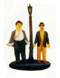 Dick und Doof auf Bordstein mit Laterne klein