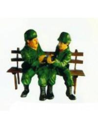 Dick und Doof als Soldaten sitzend auf Bank