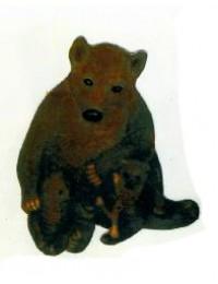 Braunbär sitzend mit zwei Kindern
