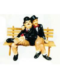 Dick und Doof sitzend auf Holzbank