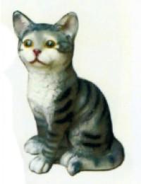 grau gestreiftes Kätzchen sitzend