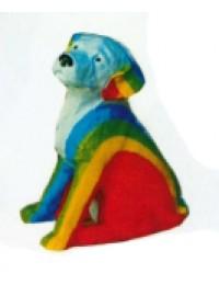 sitzender Hund mit Regenbogen bemalt