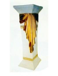 halbhohe Säule mit goldenem Tuch