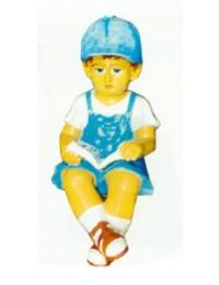 kleiner sitzender Junge mit Buch