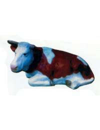 liegende braune Kuh mit weißem Kopf und Flecken