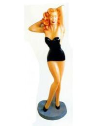 sexy Frau mit schwarzem Minikleid und blonden Haaren