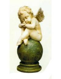 schlafender Engel auf dunkler Kugel