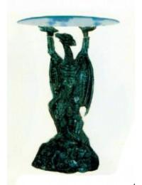 Drache hält Glasplatte als Beistelltisch