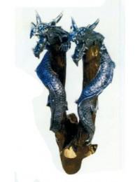 Drachenköpfe mit langem Hals am Baum
