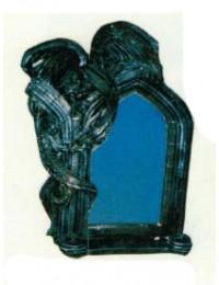 Drache an gothischem Fenster als Spiegel