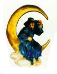 Hexe sitzend in Mondsichel