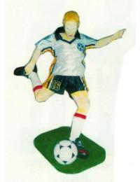 kleiner deutscher Fußballspieler mit Ball