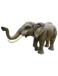 lebensgroßer Elefant mit Rüssel oben