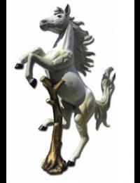Aufsteigendes natürliches Pferd an Baumstamm