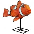 großer Clownfisch auf Metallständer