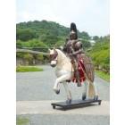 Ritter auf Pferd mit Lanze in Kampfpose