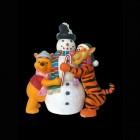 Schneemann wird von Tigger und Pooh umarmt
