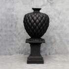 Vase Chesterfield schwarz auf Podest