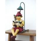 Pinocchio lesend mit Lampe