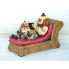 Clown auf Rattan Couch