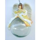 Engel sitzend auf Glaskugel