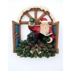 Weihnachtsmann im geöffneten Fenster mit Laterne