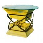 Glastisch mit antiker Vase