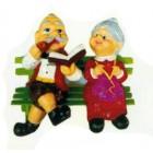 Omi und Opi sitzend auf Bank Variante 1