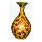 Antik wirkende Vase mit Weinmuster
