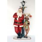Weihnachtsmann an Laterne mit lustigem Rentier