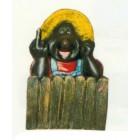 Maulwurf zeigt seinen Finger am Zaun