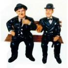Dick und Doof im Anzug auf Sitzbank